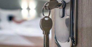 Cómo abrir una puerta con la llave adentro