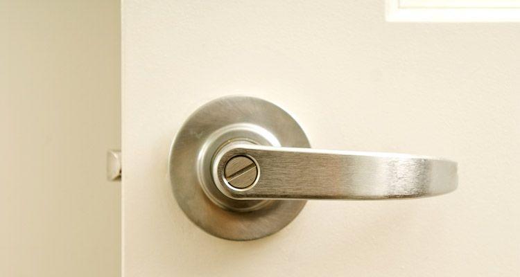 Cómo abrir una puerta con seguro