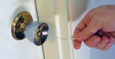 Cómo abrir una puerta con un clip