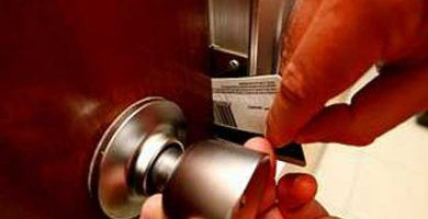 Cómo abrir una puerta con una tarjeta