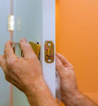 abrir una puerta con cerradura atascada